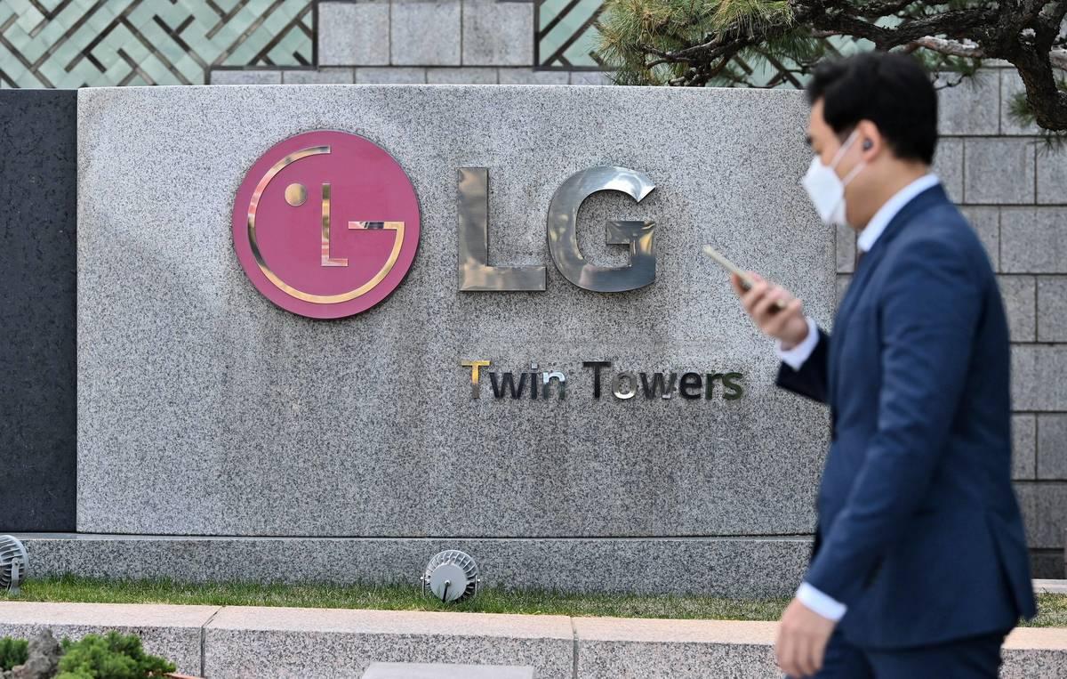 2021年4月5日,一名戴著口罩的男子,走過LG首爾總部前。(JUNG YEON-JE/AFP via Getty Images)