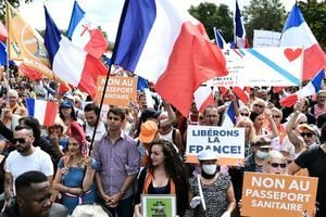 反對健康通行證 法國民眾連6週抗議 (多圖)