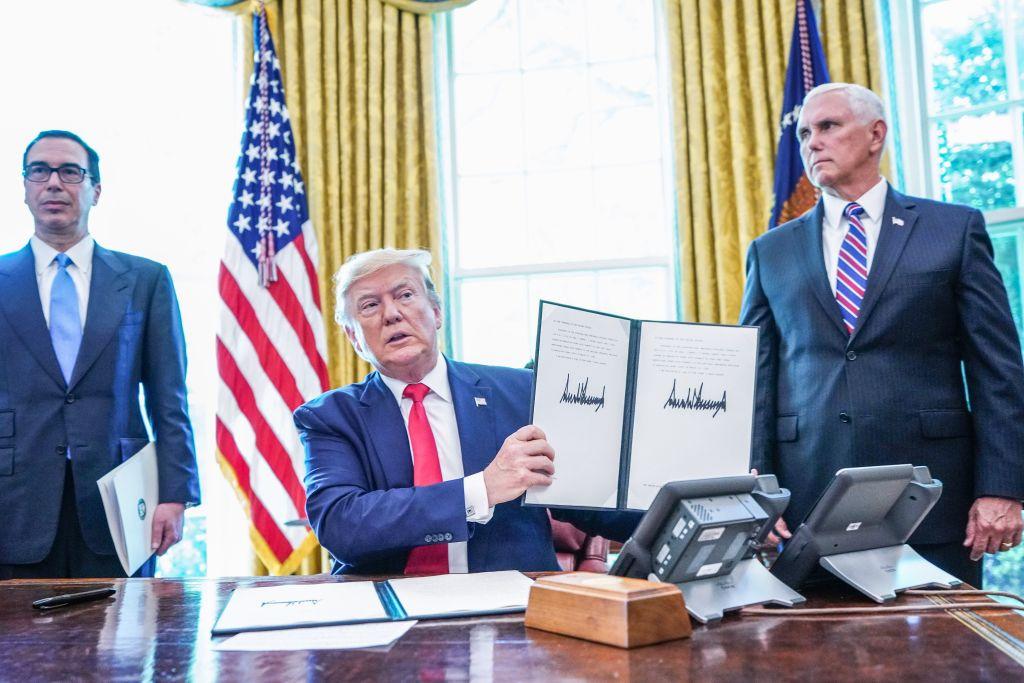 6月24日,美國總統特朗普簽署了行政令,對伊朗最高領導人進行嚴厲制裁。(MANDEL NGAN/AFP/Getty Images)