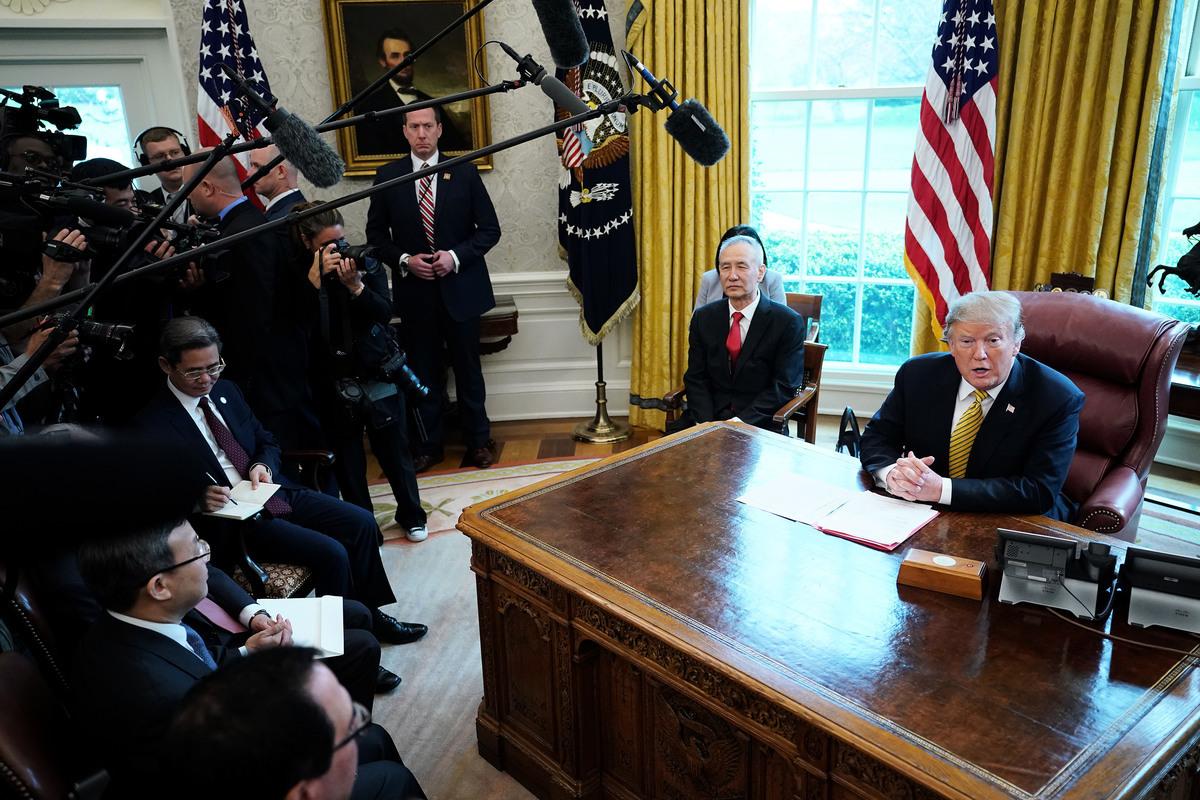 「習特會」一推再推,原因是雙方貿易談判一直沒有定論。圖為特朗普此前在白宮接見雙方貿易代表。(Chip Somodevilla/Getty Images)