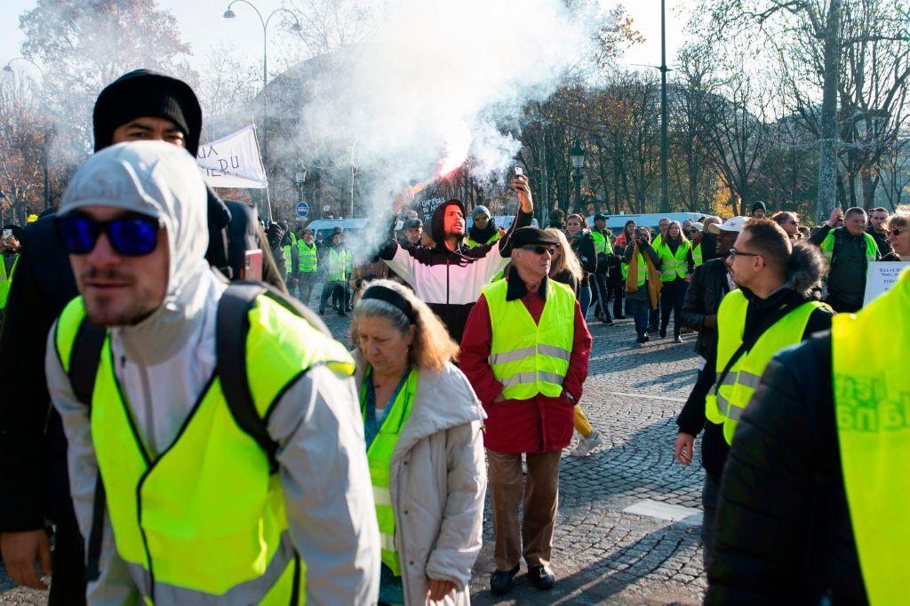 11月17日法國各地總計約24.4萬人上街,抗議政府讓柴油價格高居不下。(JULIE SEBADELHA/AFP/Getty Images)