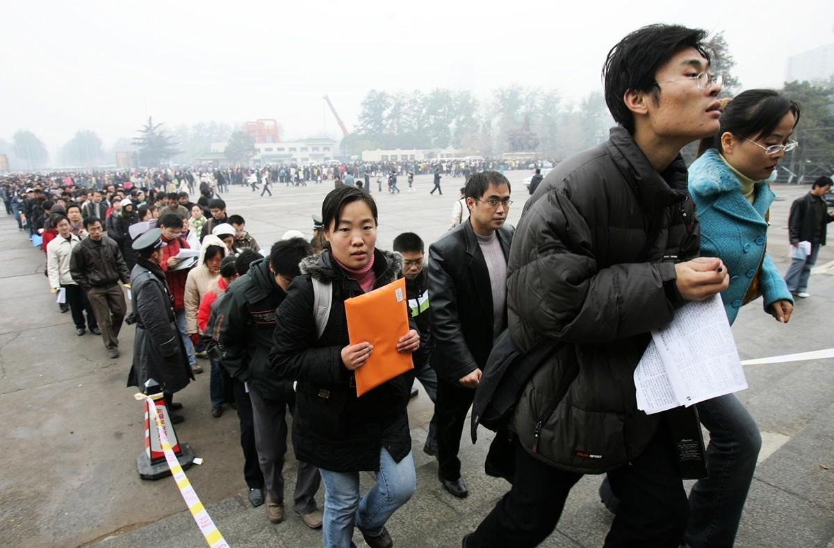 有估計中國失業人口約2.05億。這超過勞動人口的四分之一,直接威脅到國民基本生計。「兜住民生底線」成了中共政權的最新難題。 圖為招聘會場外排隊找工作大批人群。(Getty Images)