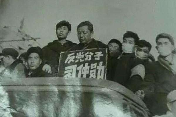 1967年9月習仲勳在西北農學院被批鬥。(維基百科)