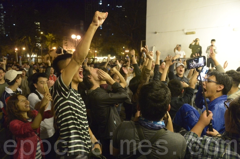 2019年11月25日凌晨,香港民眾在得知何君堯於區議會選舉中落選後歡呼。(余天祐/大紀元)