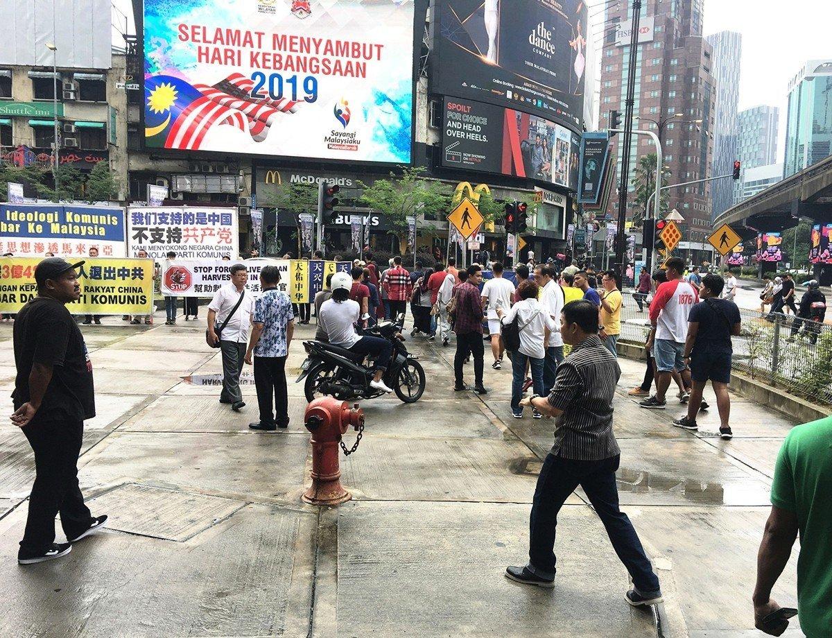 2019年9月29日,馬來西亞退黨服務中心在首都吉隆坡市中心武吉免登區舉行聲援三退活動,譴責中共暴行,引起許多民眾的關注。 (吳俐穎/大紀元)