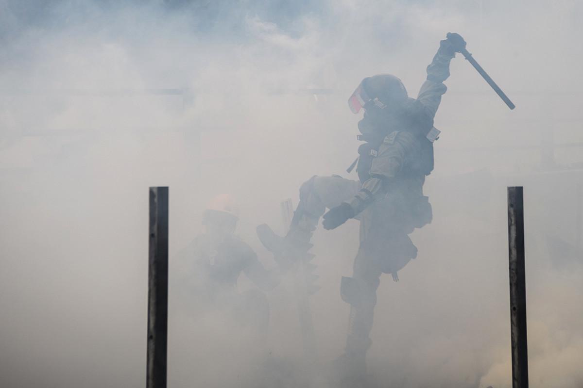 2019年11月18日,港警抓捕試圖逃離香港理工大學的示威者。(ANTHONY WALLACE/AFP/Getty Images)