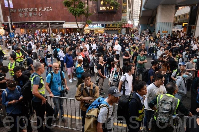 2019年11月25日,防暴警察封鎖往理大的外圍科學館逕,抗爭者聚集抗議。(宋碧龍/大紀元)