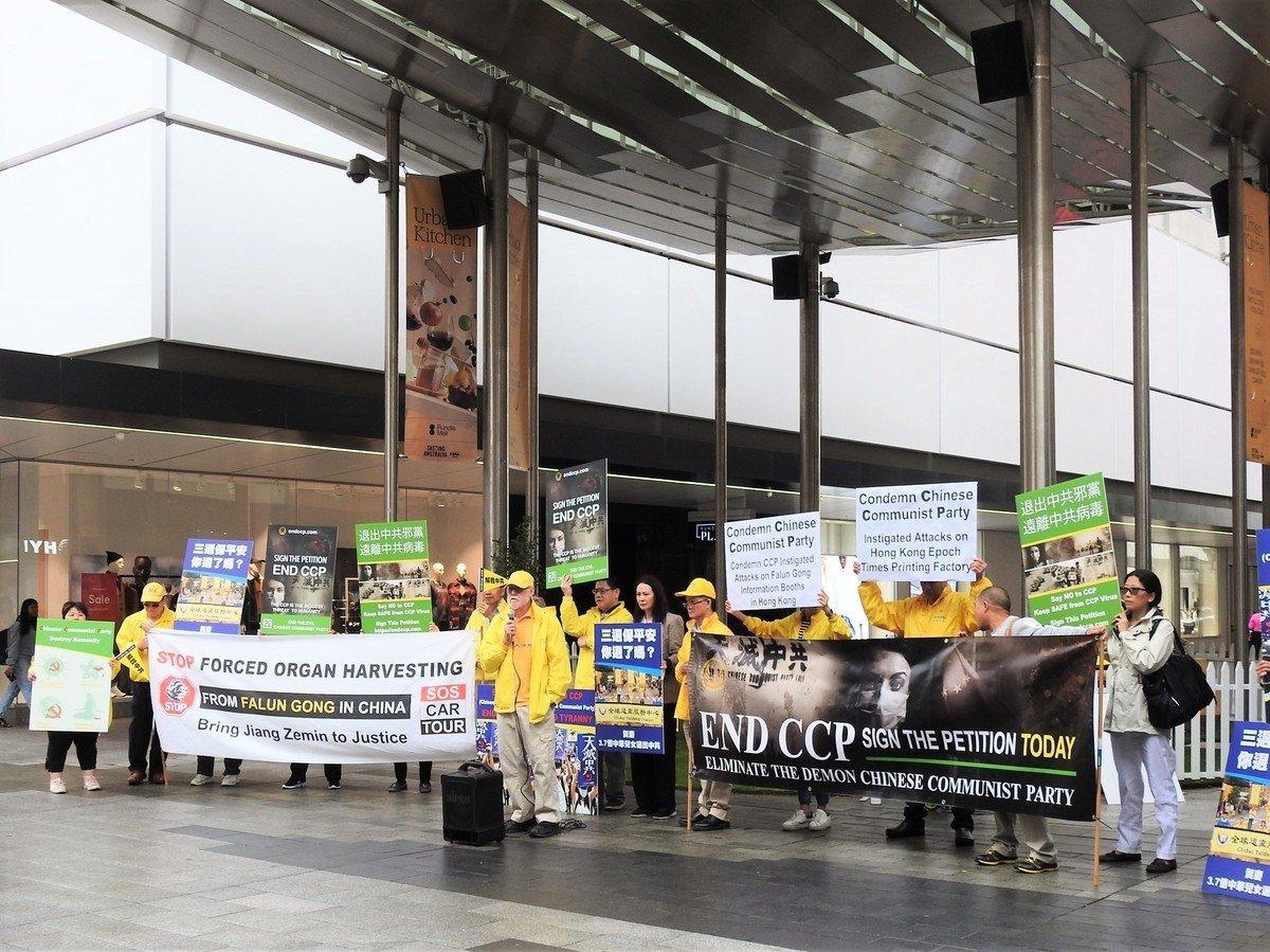 2021年4月18日,部份南澳法輪功學員在阿德萊德市中心蘭道商業步行街(Rundle Mall)舉辦了「結束迫害 解體中共」遊行集會活動。(李倩西/大紀元)