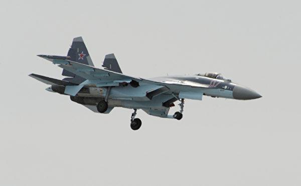 2013年6月16日,一架俄羅斯的 Su-35戰鬥機在巴黎航空展開幕前夕進行表演。(Eric Piermont/AFP via Getty Images)
