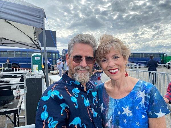 前來參加集會的當地民眾克里斯蒂(Kristy)和傑里.鮑林(Jerry Bowlin)夫婦。(李桂秀/大紀元)