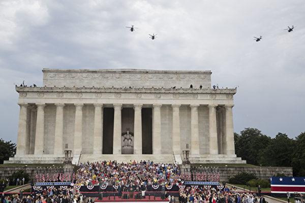 2019年7月4日,美國總統特朗普在華盛頓特區林肯紀念堂舉行「向美國致敬」國慶慶祝活動,人們聚集在國家廣場上。 (Sarah Silbiger/Getty Images)