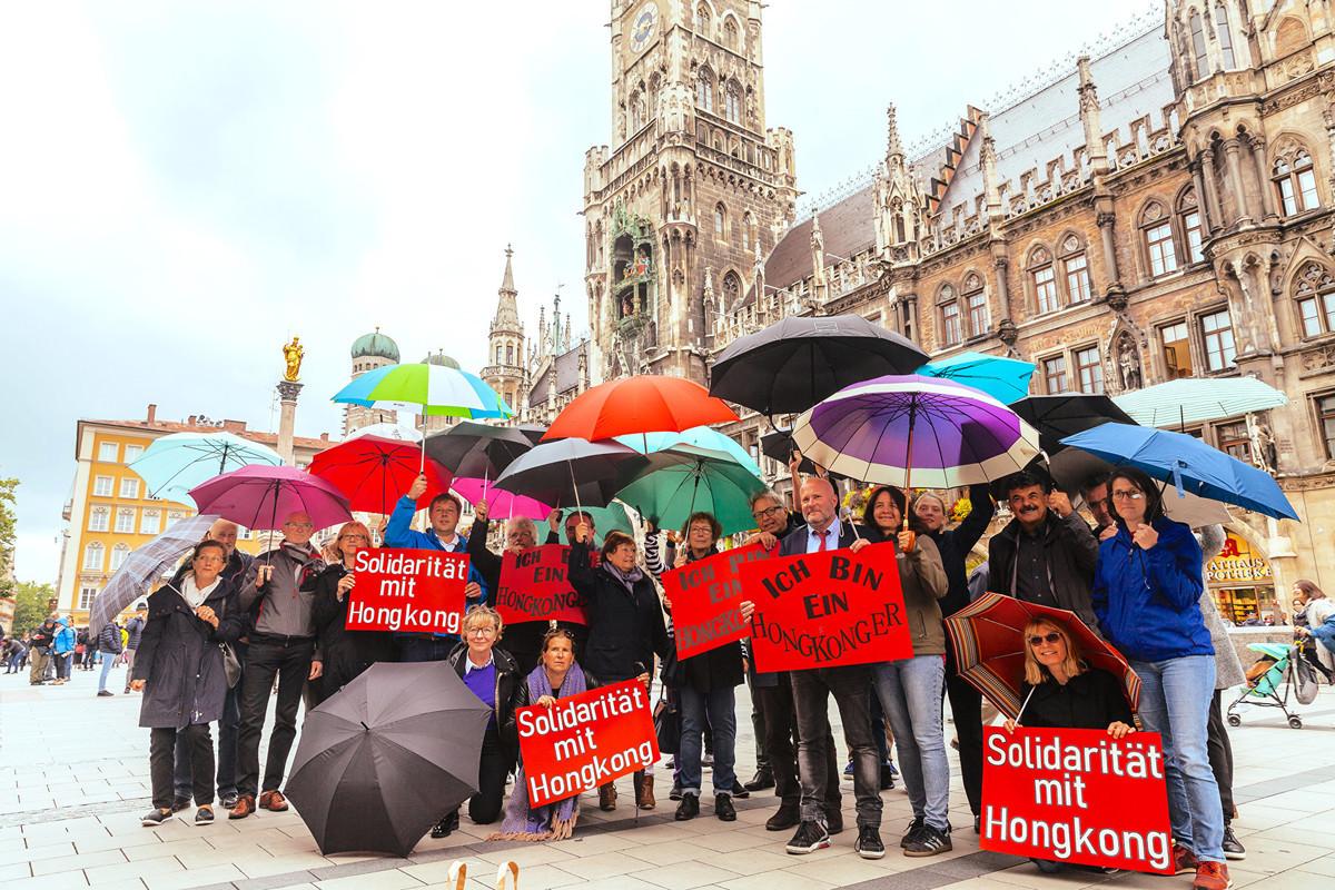 2019年9月9日下午,二十多位德國慕尼黑市議會社民黨(SPD)議員在著名的瑪琳廣場市政廳前合照,聲援香港。(黃芩/大紀元)