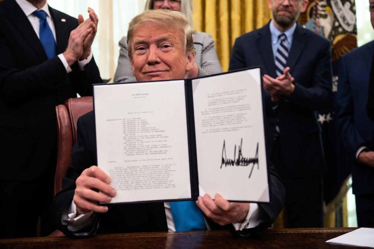 周二(2月19日),美國總統特朗普正式簽署一項指令,指示國防部起草法案,在美國空軍內部建立一支太空部隊。(NICHOLAS KAMM / AFP)