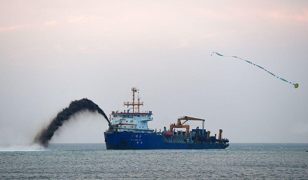 圖為2016年12月19日,作為中共14億美元房地產開發項目的一部份,一艘挖沙船在斯里蘭卡科倫坡港外在工作。與本文挖沙船無關。(SHARA S. KODIKARA/AFP via Getty Images)