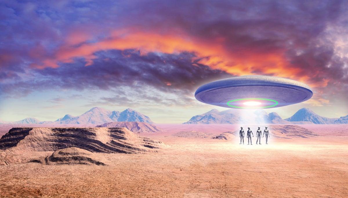 美國空軍退役少校費勒聲稱,外星人在1978年闖入一處軍事基地,但遭基地的警察射殺。圖為UFO和外星人出現在沙漠的示意圖。(Fotolia)