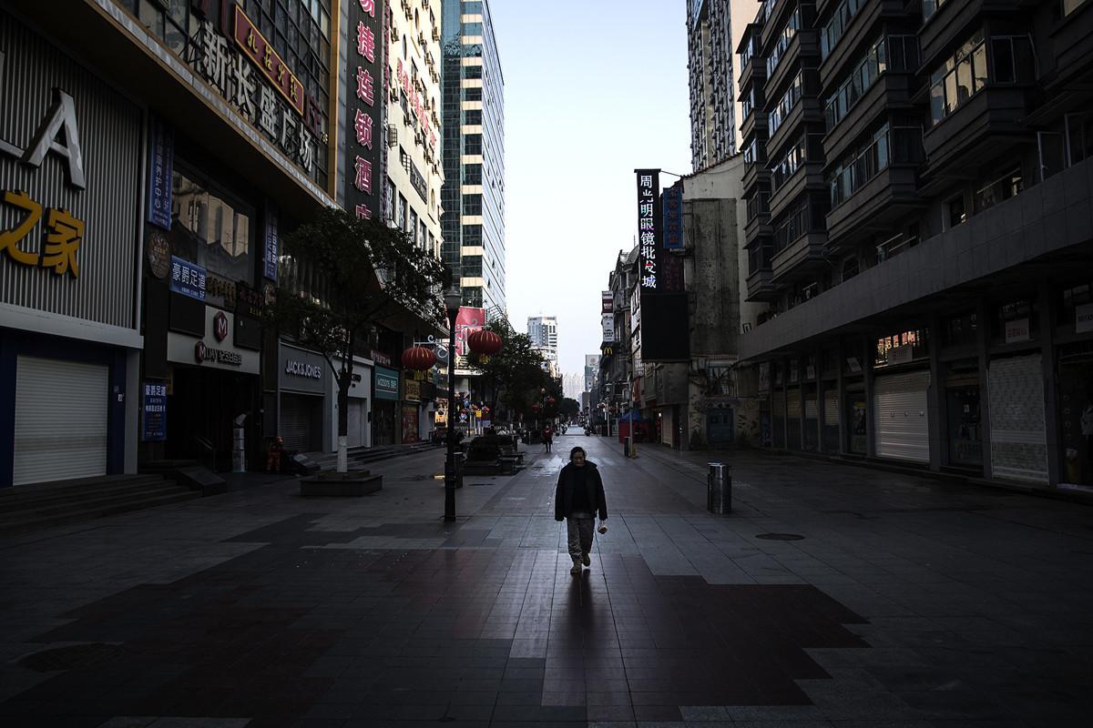 網上紛紛傳出,中國救護車在大街上頻頻運屍的畫面。圖為2月13日的武漢街頭。(Stringer/Getty Images)