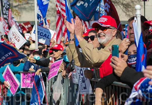 2020年11月14日,在華盛頓DC,參加制止竊選(Stop the Steal)大遊行和集會的民眾,戴著印有「 Trump 2020」字樣的帽子、口罩表達支持。(李莎/大紀元)