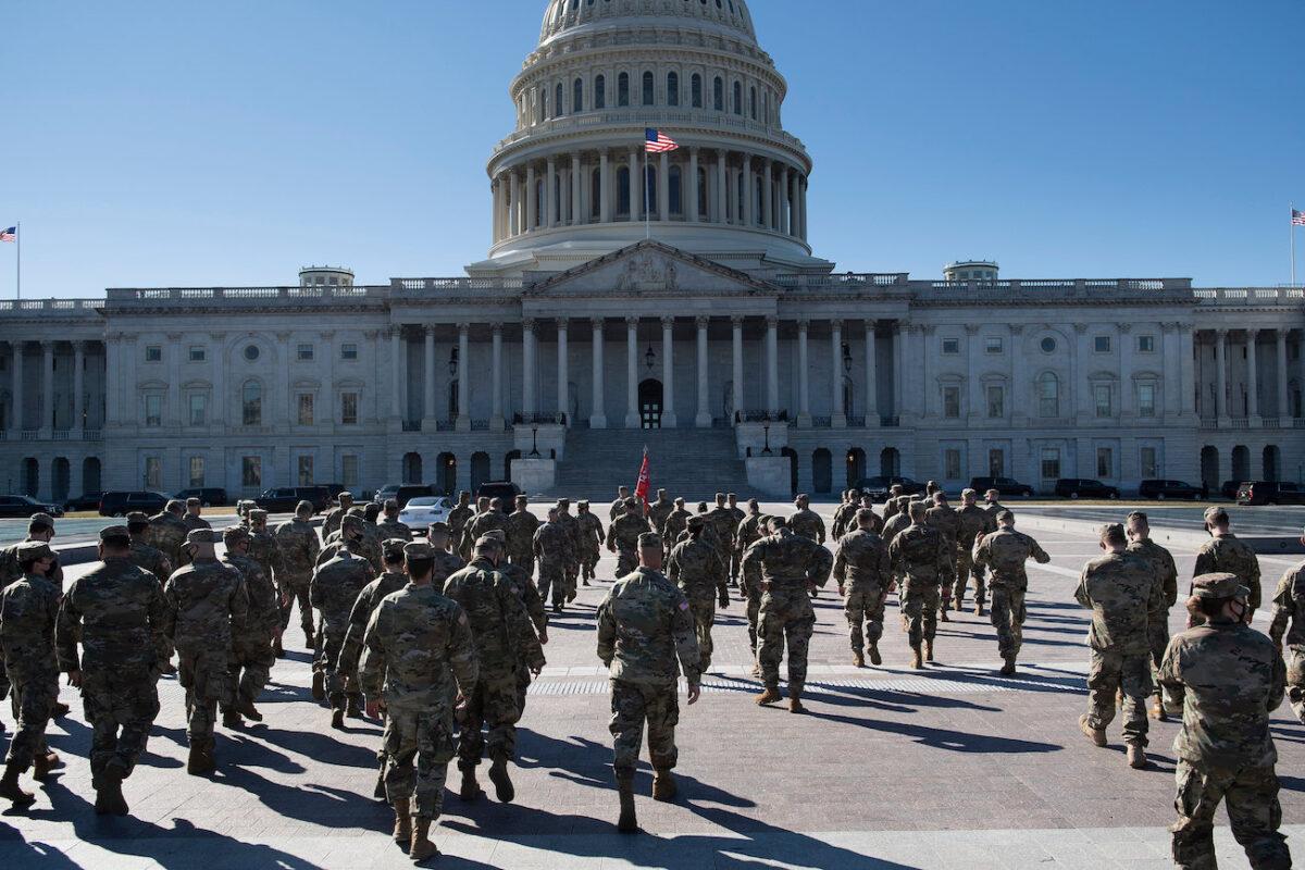 圖為2021年3月2日,在華盛頓特區國會山的美國國會大廈東側駐守的國民警衛隊成員。(BRENDAN SMIALOWSKI/AFP via Getty Images)