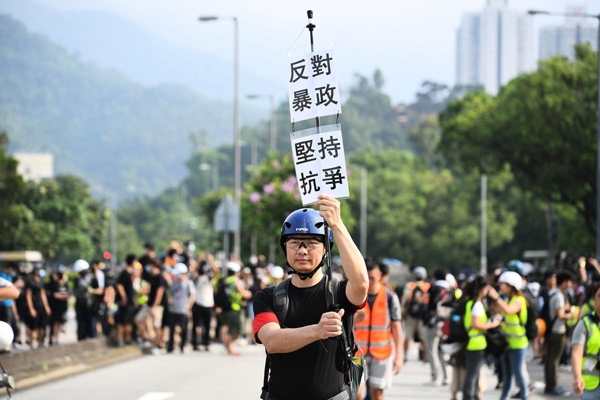 進入8月,由反送中引發的民主訴求運動不斷遭到中共鎮壓,香港局勢持續僵持,而中美貿易戰進一步升級,中共令人民幣貶值促使談判或再陷僵局。評論分析指出,中共自身的特質決定了中共強硬不退讓的立場,而這一特質正讓中共步向危機。(MANAN VATSYAYANA/AFP/Getty Images)