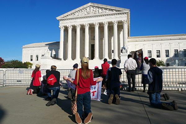 2020年11月7日,美國人在華府最高法院前在為特朗普總統連任祈禱。(李辰/大紀元)