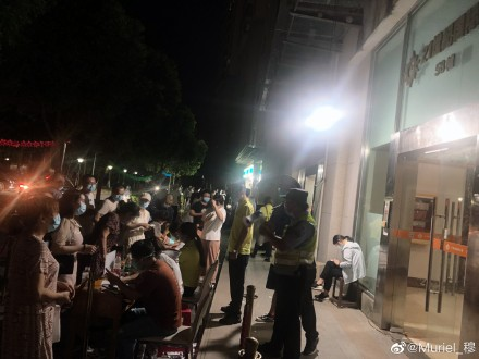 南京市再爆疫情。圖為市民被要求連夜核酸檢測。(微博截圖)