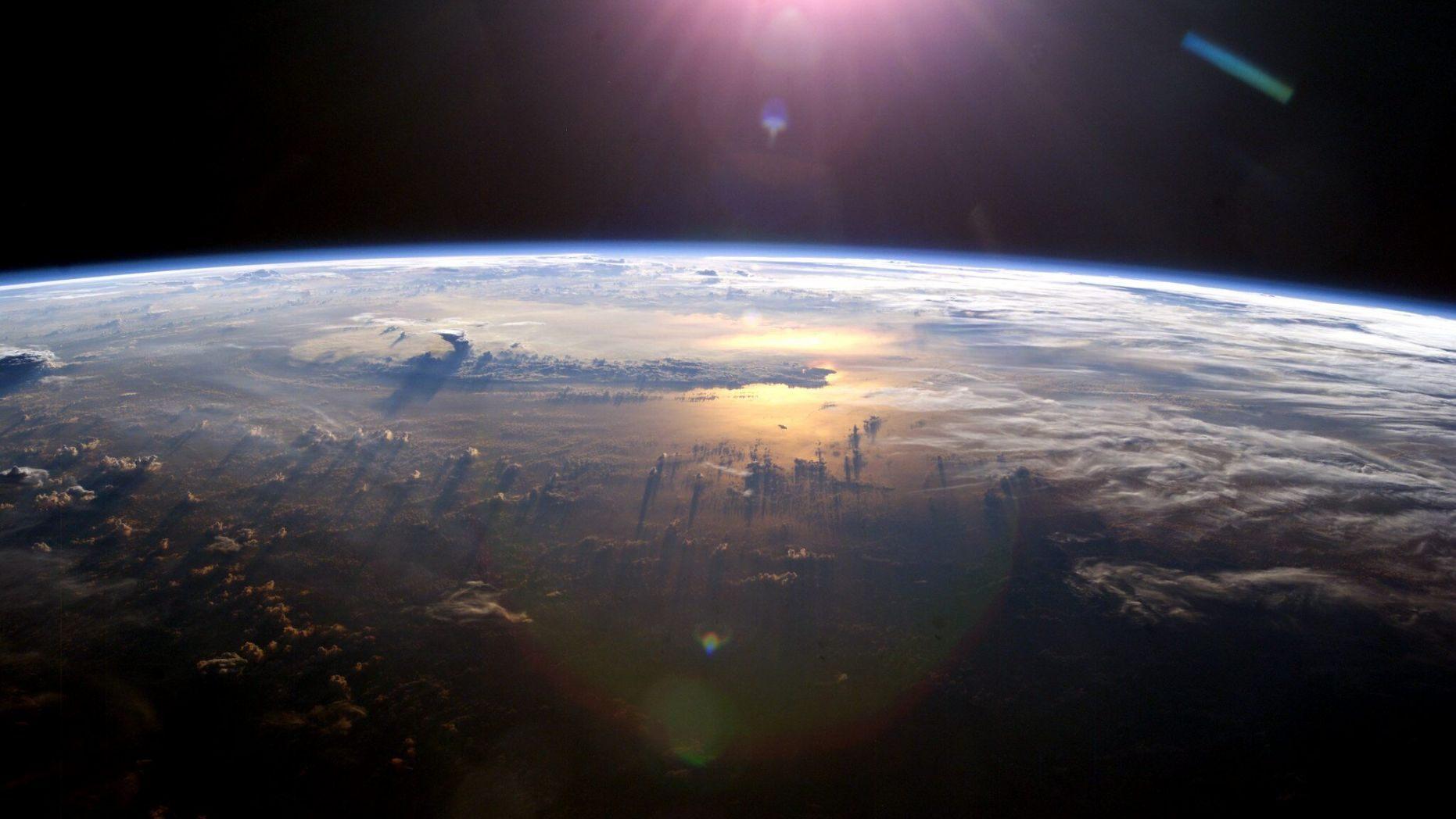 圖為太陽照射到太平洋時的地球地平線視圖。這張照片是由國際空間站上的Expedition 7機組人員拍攝的檔案圖片。(NASA)