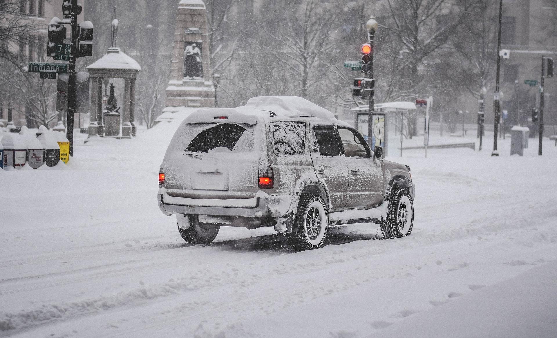 一輛在雪地裏行駛的汽車。(Pixabay)
