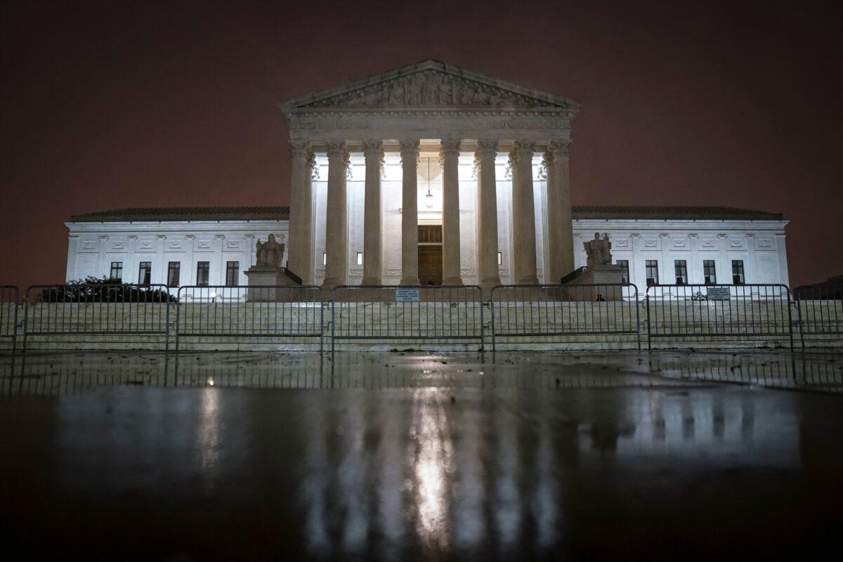 2020年10月12日晚,在美國華盛頓DC拍攝的聯邦最高法院大樓。(Drew Angerer/Getty Images)