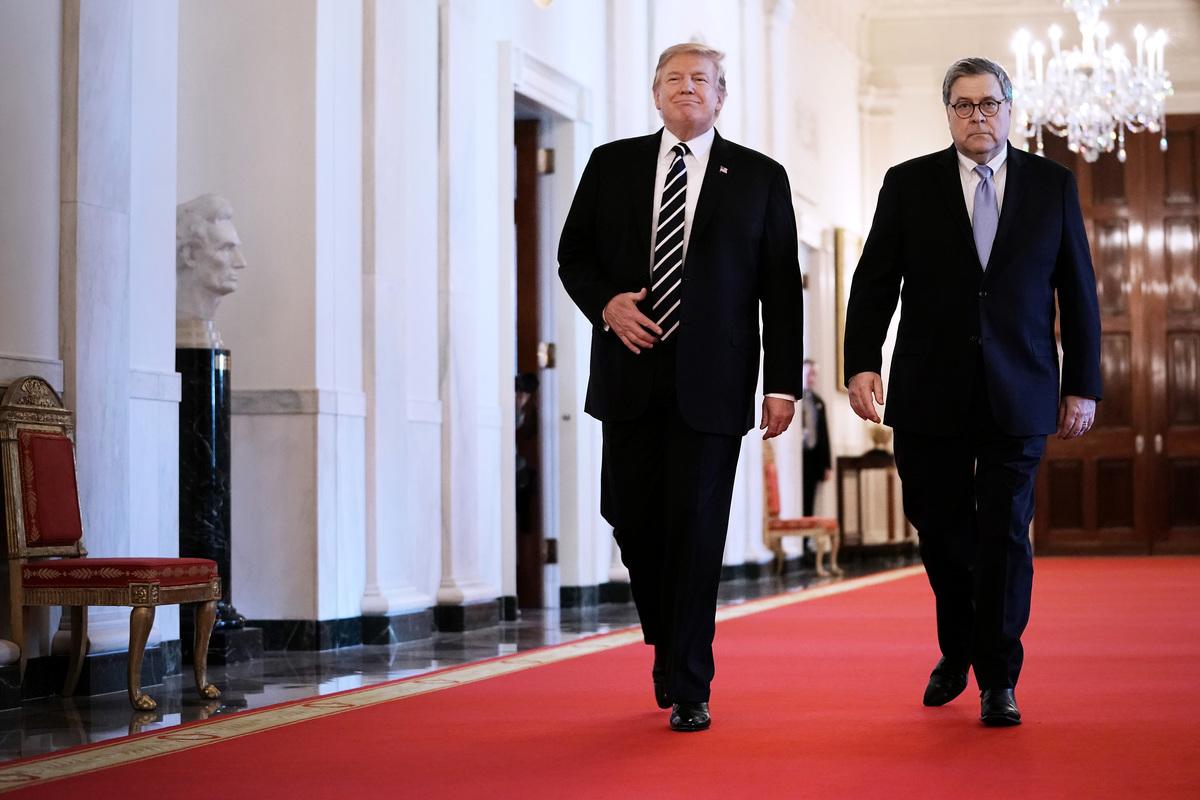 美國總統特朗普下令中央情報局(CIA)等部門,與司法部長威廉姆・巴爾(William Barr,如圖右)合作,調查通俄門案件的起源,並授權巴爾解密相關文件。(Chip Somodevilla/Getty Images)