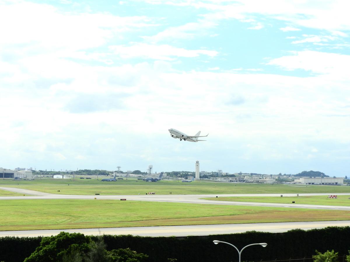 圖為美軍C-40運輸機從沖繩美軍嘉手納空軍基地起飛的檔案照片。(中央社)