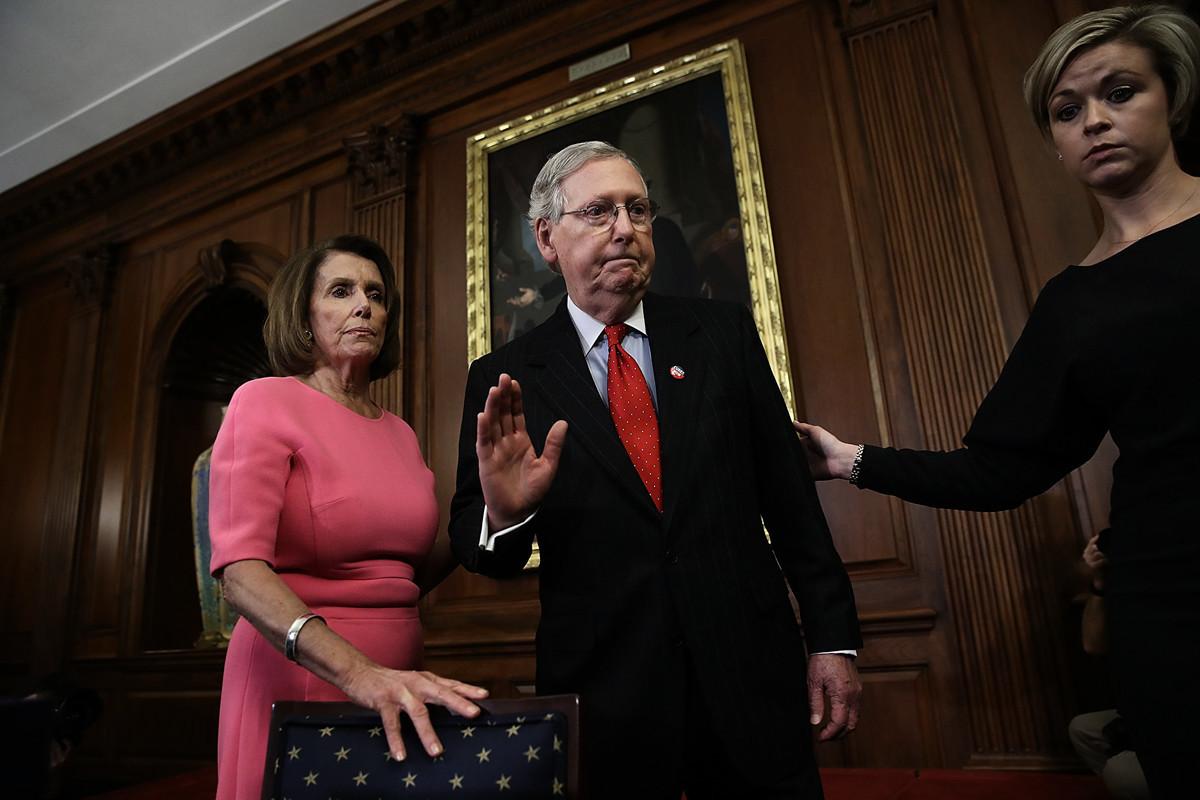 圖為國會參議院共和黨領袖米奇·麥康奈爾(Mitch McConnell)與眾議院民主黨首領南希·佩洛西(Nancy Pelosi)2016年在國會出席活動。(Win McNamee/Getty Images)