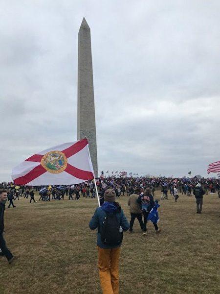佛州的特朗普總統支持者手持佛州州旗。(受訪者提供)