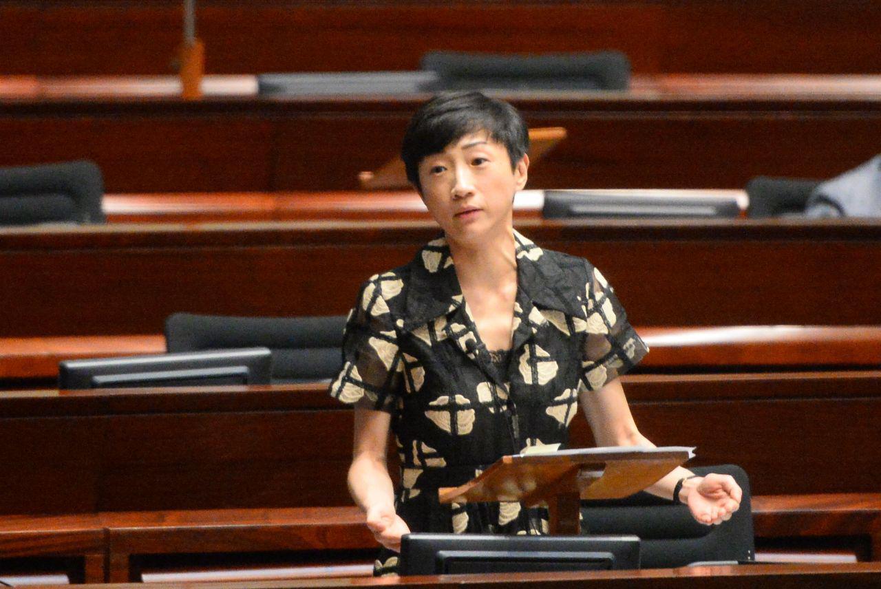 2019年香港立法會議員陳淑莊在立法會內質詢新屋嶺拘留中心黑幕。(宋碧龍/大紀元)