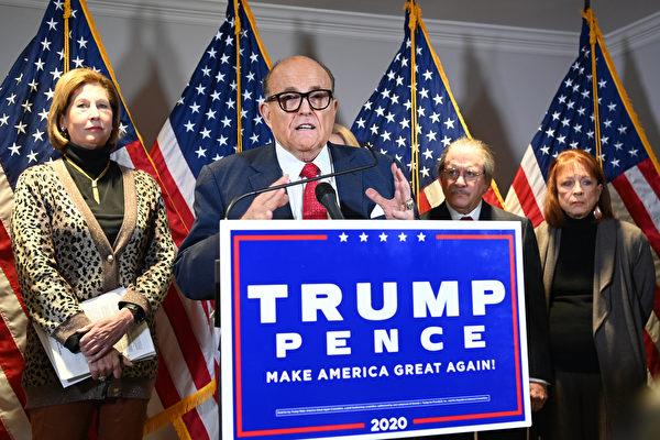 特朗普總統的律師朱利亞尼,2020年11月19日就本次美國大選選舉欺詐召開新聞發佈會。(MANDEL NGAN/AFP)