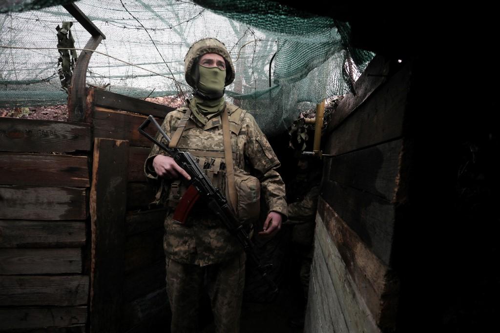 2021年4月20日,烏克蘭外交部長庫列巴(Dmytro Kuleba)表示,俄羅斯很快就會在烏克蘭邊境集結超過12萬大軍。圖為2021年4月20日,一名烏克蘭士兵在烏東頓巴斯地區(Donbass)。(Aleksey Filippov/AFP)
