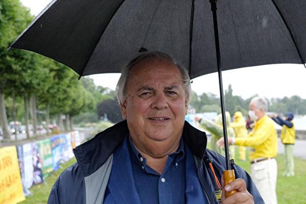 2021年7月15日,日內瓦州大議會議員帕特里克‧迪米耶(Patrick Dimier)冒雨參加法輪功學員的反迫害集會並發言聲援。(明慧網)