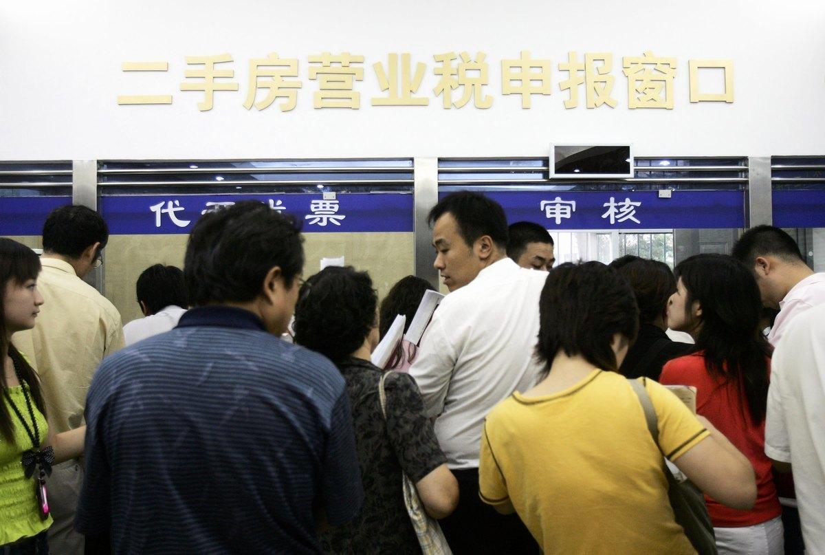 中共在「兩會」政府工作報告中稱,將大幅減稅降費。專家表示不可信。圖為北京一納稅窗口。(China Photos/Getty Images)