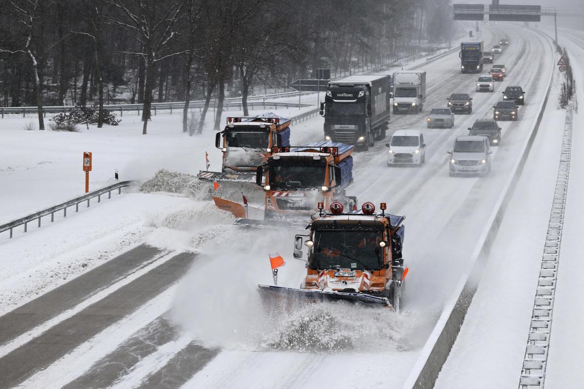 2021年2月8日,德國漢諾威(Hanover),三輛除雪車在A7高速公路上行駛。(MORRIS MAC MATZEN/AFP via Getty Images)