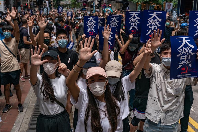 周三(5月27日,美國國務卿蓬佩奧宣佈香港不再享有自治權,隨後知情人士表示,特朗普政府正在考慮暫停香港對美國出口的特惠關稅,這是美國政府對中共在香港強推國安法的回應。圖為5月24日,香港人遊行反對中共強推「港版國安法」。(ANTHONY WALLACE/AFP via Getty Images)