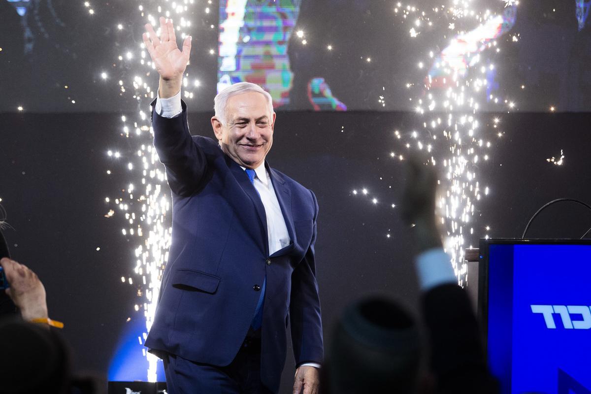 以色列大選結果幾近出爐。根據周三(4月10日)已接近完成開票結果,利庫德集團連同其他右翼政黨,預計共可取得過半數65個席位,可成功組成執政聯盟。預料內塔尼亞胡可能會創紀錄贏得的第五個任期。(Amir Levy/Getty Images)