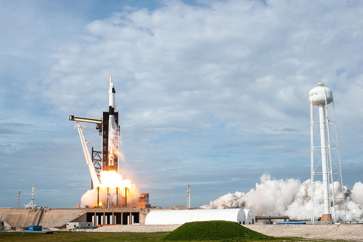2020年5月27日美東時間下午4:33,NASA將首次與商業公司合作,聯手將兩名太空人送上國際太空站。圖為2020年1月19日,獵鷹9號火箭發射測試畫面。(NASA Kennedy)
