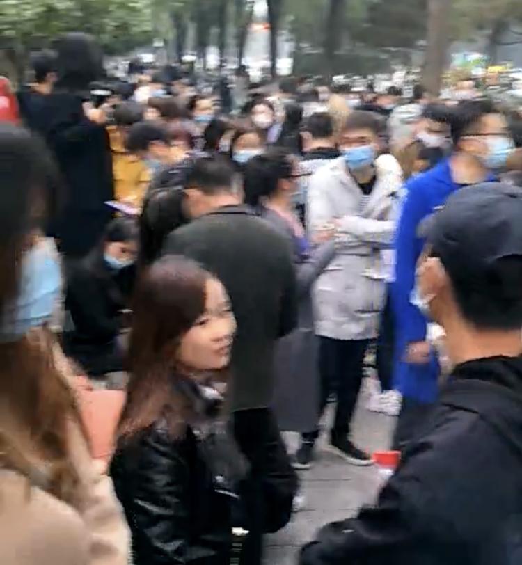 10月30日,大約三百餘名業主與租客到「城城找房」西安總部維權,從早上8時許一直堅持到晚上,最後在西安市政府前與警察發生衝突,多人被打,被抓。(影片截圖)