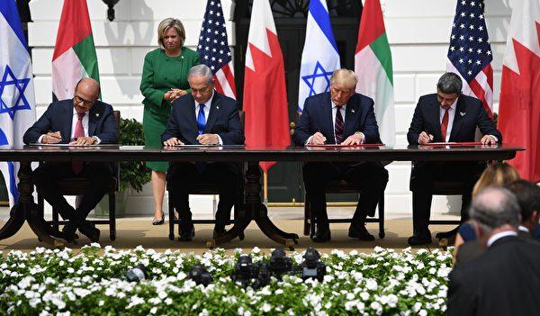 2020年9月15日,特朗普總統作為見證人,巴林外長(左一)、以色列總理(左二)、阿聯酋外長(右一)簽署和平協議。(SAUL LOEB/AFP)