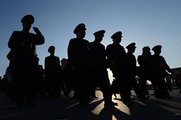 外媒近日曝光中共在新疆針對維吾爾族進行洗腦計劃、建立拘禁營、大規模監視。圖為中共公安人員。(Getty Images)