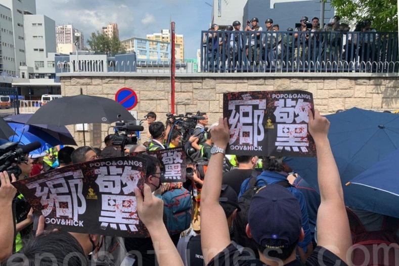 近期,在澳、紐、加拿大的等國發生的衝突事件讓輿論的焦點再次轉向中共對澳洲及其它西方世界滲透與干預。圖為2019年7月27日,香港民眾在元朗警署對面的的元朗體育路,抗議「官鄉警黑」勾結。(林怡/大紀元)