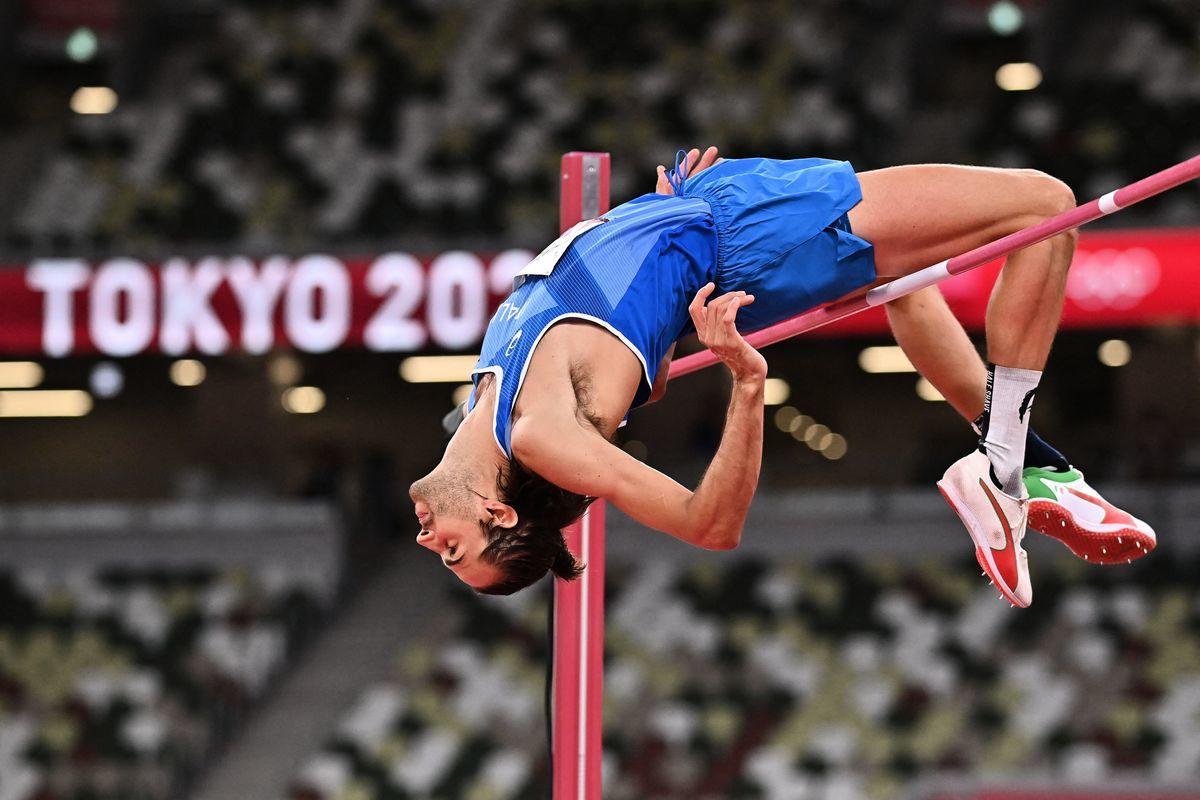 在東京奧運男子跳高決賽中,意大利選手坦貝裏越過橫桿瞬間。(BEN STANSALL/AFP via Getty Images)