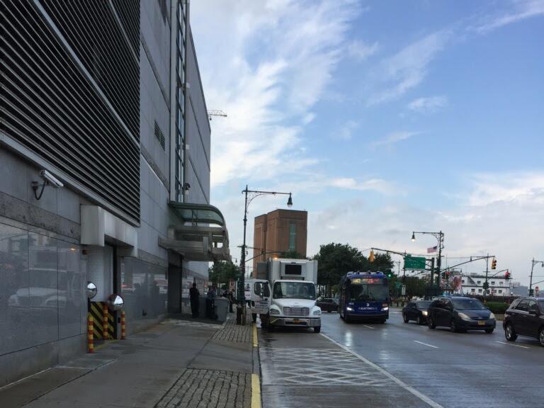 2020年8月7日上午約10點,紐約中領館門口放有數桶裝滿文件的大型塑料桶,門口也停著一輛「USA SHRED」公司的碎紙卡車,由該公司人員替領館絞碎文件。(讀者提供)