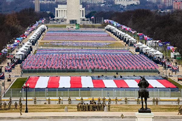 2020年1月20日,代替成千上萬的觀眾,就職儀式現場插上各州旗和美國國旗。(Tasos Katopodis/Getty Images)