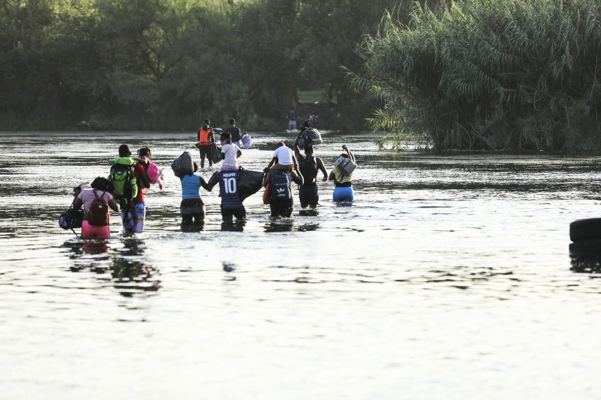 2021年7月25日,一群非法移民從墨西哥Acuna穿過Rio Grande河到達德州Del Rio市。(Charlotte Cuthbertson/The Epoch Times)