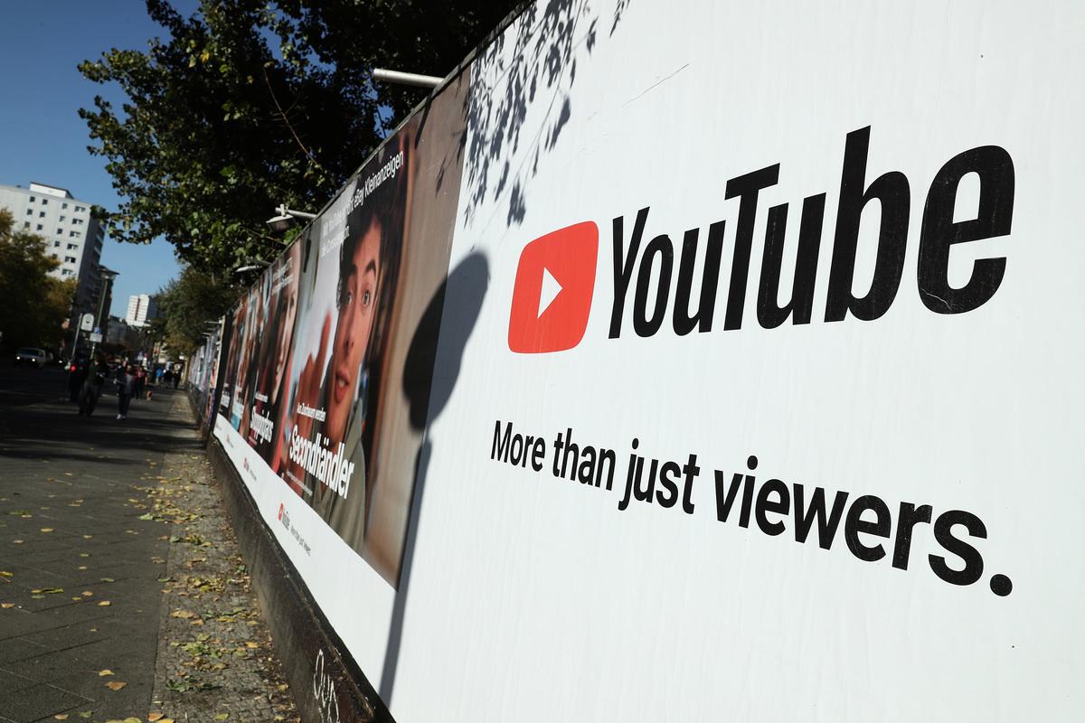 圖為2018年10月5日,YouTube在德國柏林一片牆上的廣告。(Sean Gallup/Getty Images)